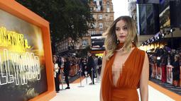 Aktris Margot Robbie tiba menghadiri premier film Once Upon a Time In Hollywood di sebuah bioskop di London, Inggris (30/7/2019). Margot Robbie tampil seksi menggenakan gaun oranye tipis Oscar de la Renta untuk menyesuaikan musim panas di eropa. (AP Photo/Joel C Ryan)