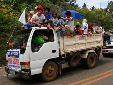 Sejumlah mobil membawa warga Marawi yang menyelamatkan diri dari pertempuran antara pasukan pemerintah dengan kelompok Maute, Filipina, Senin (29/5). Bendera putih dipasang agar mereka tidak diserang oleh pasukan pemerintah. (AP Photo / Bullit Marquez)
