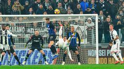 Striker Juventus, Cristiano Ronaldo melakukan salto saat bertanding melawan Inter Milan pada lanjutan Liga Serie A Italia di Allianz stadium, Turin (7/12). Juventus menang tipis atas Inter Milan 1-0. (Andrea Di Marco/ANSA via AP)