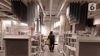 Pengunjung berjalan diantara produk display pada salah satu mall ritel modern di kawasan Alam Sutera, Tangerang Selatan, Banten, Kamis (19/3/2020). Sejumlah ritel modern non-pangan telah mengalami tekanan yang cukup dalam akibat merebaknya virus corona di Indonesia. (merdeka.com/Arie Basuki)