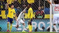 Striker Spanyol, Rodrigo berselebrasi usai mencetak gol ke gawang Swedia pada pertandingan Grup F Piala Eropa 2020 di Friends Arena di Stockholm (15/10/2019). Spanyol bermain imbang 1-1 dan memastikan diri lolos ke putaran final Piala Eropa 2020. (Anders Wiklund/TT News Agency/AFP)