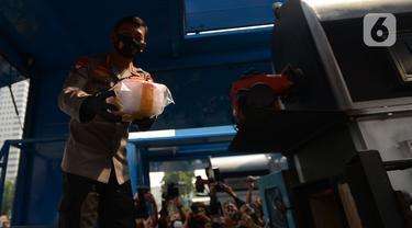 Kapolri Jenderal Idham Azis memusnahkan barang bukti narkoba jenis sabu di Lapangan Polda Metro Jaya, Jakarta, Kamis (2/7/2020). Polda Metro Jaya memusnahkan barang bukti narkoba jenis sabu seberat 1,2 ton. (merdeka.com/Imam Buhori)