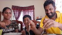 Sugu Pavithra memutuskan untuk berhenti bekerja untuk membantu istrinya menjadi YouTuber (Dok.YouTube/Sugu Pavithra)