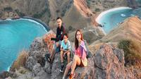 Bunga Citra Lestari menikmati keindahan Pulau Padar di Nusa Tenggara Timur (NTT) bersama suami dan anaknya (Dok.Instagram/@bclsinclair/https://www.instagram.com/p/BzzR8frF-RW/Komarudin)
