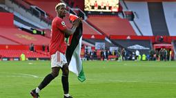 Segera setelah peluit panjang pertandingan berbunyi, Pogba menghampiri tribun penonton untuk mengambil bendera Palestina dari seorang suporter Manchester United. (Foto: AFP/Pool/Paul Ellis)