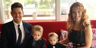 Michael Buble dan Luisana Lopilato merupakan pasangan selebriti Hollywood yang menikah di tahun 2011. Keduanya tengah berjuang hadapi penyakit kanker yang diderita oleh anak pertama mereka, Noah. (Instagram/michaelbuble)