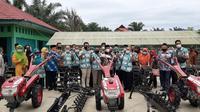 Wakil wali kota Bengkulu Dedy Wahyudi menyerahkan 5 unit bantuan hand tractor untuk para petani perkotaan. (Liputan6.com/Yuliardi Hardjo)