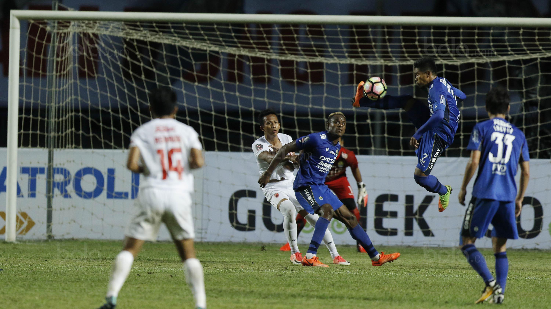 Bek Persib, Wildansyah, mengontrol bola, saat pertandingan melawan PSM pada laga Piala Presiden di Stadion GBLA, Bandung, Jumat (26/1/2018). Persib takluk 0-1 dari PSM. (Bola.com/M Iqbal Ichsan)