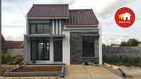 Rumah minimalis ini dilengkapi dengan sebuah carport yang mampu menampung satu mobil.