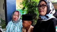 Orang tua korban mendatangi sambil memperlihatkan luka lecet yang dialami korban (Liputan6.com/Jayadi Supriadin)
