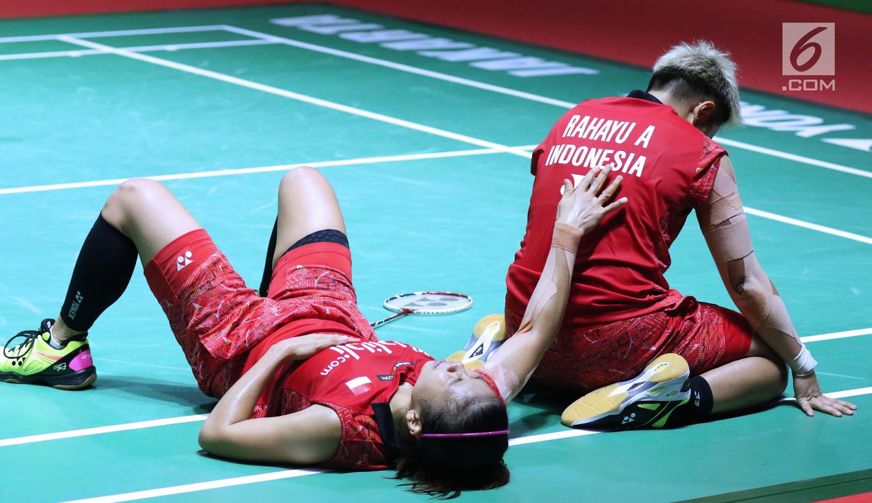 Ganda putri Indonesia Greysia Polii/Apriyani Rahayu usai dikalahkan Yuki FukuShima/Sayaka Hirota (Jepang) di 8 besar Indonesia Open 2018, Istora GBK, Jumat (6/7). Greysia/Apriyani kalah 14-21,20-22. (Liputan6.com/Helmi Fithriansyah)