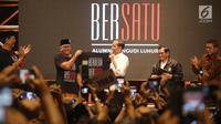 Wakil Ketua TKN, Rosan Perkasa Roeslani selaku alumni PL memberikan kaus BERBEDA tapi BERSATU kepada Capres petahana Jokowi pada acara Deklarasi Alumni Pangudi Luhur (PL) untuk Jokowi-Ma'ruf Amin di SCBD, Jakarta, Rabu (6/2). (Liputan6.com/HO/Jo)