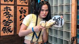 Sheryl juga terlihat santai saat mengunjungi sebuah rumah makan di Jepang. Gaya busana yang santai dengan kaos pun menjadi pilihan Sheryl. Bahkan, kacamata yang digunakan oleh Sheryl menjadi sorotan publik. (Liputan6.com/IG/@sherylsheinafia)