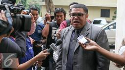 Pengacara Abdul Aziz, Razman Arif Nasution memberikan keterangan kepada wartawan mewakili kliennya yang tidak hadir dalam pemanggilan pemeriksaan, Jakarta, Rabu (24/2). Aziz akan diperiksa terkait bisnis prostitusi di kafenya. (Liputan6.com/Yoppy Renato)