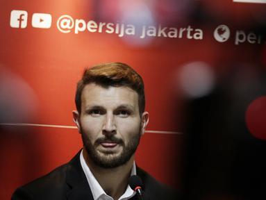 Pemain baru Persija Jakarta, Marco Motta, saat diperkenalkan di Kantor Persija, Kuningan, Jakarta, Senin, (3/2/2020). Mantan pemain Juventus dan AS Roma ini akan menjadi andalan di lini pertahanan Macan Kemayoran musim depan. (Bola.com/M Iqbal Ichsan)