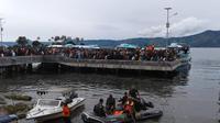 Kesibukan pencarian dan pertolongan terhadap para penumpang KM Sinar Bangun yang tenggelam di Danau toba. (foto: Liputan6.com / Reza Efendi)