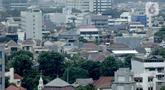 Suasana kepadatan permukiman penduduk antara gedung perkantoran di Jakarta, Kamis (20/2/2020). Berdasarkan data Badan Pusat Statistik (BPS) per 2019, kepadatan penduduk DKI Jakarta secara umum mencapai 15.938 jiwa per kilometer persegi. (Liputan6.com/Faizal Fanani)
