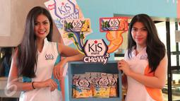 Model menunjukkan permen Kiss mengeluarkan varian baru kombinasi antara lemon dan mint yang merupakan produk dengan target pasar anak muda. (Liputan6.com/Angga Yuniar)
