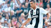 Aksi penyerang Juventus, Cristiano Ronaldo selama pertandingan persahabatan antara Juventus A dan tim B, di Villar Perosa, Italia utara, (12/8). Pada pertandingan ini Ronaldo mencetak satu gol. (Alessandro Di Marco/ANSA via AP)