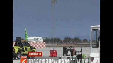 Pendaratan perdana Citilink disambut semprotan air dari kendaraan pemadam kebakaran.