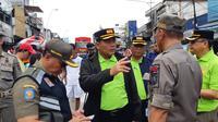 Arifin meminta agar warga Kampung Pulo mengevakuasi diri masing-masing ke tempat evakuasi, salah satunya di Kecamatan Bidara Cina, Jakarta Timur. (Foto: Liputan6/ Fachrur Rozie)