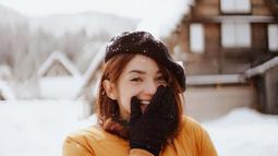 Perempuan berumur 27 tahun ini tampak menikmati liburannya ke Jepang. Di tengah salju Jepang, ia menggunakan Jaket tebal berwarna kuning lengkap dengan sarung tangan dan topi hitam. Senyumannya di tengah salju sangat memesona.  (Liputan6.com/IG/@enzystoria)