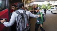 Pelatih Timnas Indonesia, Bima Sakti, memberikan semangat kepada Evan Dimas saat akan berangkat dari Hotel Sultan Jakarta, Selasa (13/11). Timnas Indonesia akan melawan Timor Leste pada laga Piala AFF 2018. (Bola.com/Vitalis Yogi Trisna)