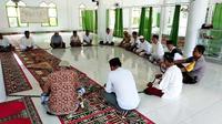 Sejumlah warga Jemaah Masjid Nurul Hidayah Binuang Muslimin sedang berdzikir menggunakan tasbih raksasa (Liputan6.com/Abdul Rajab Umar)