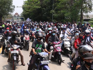Ratusan buruh melakukan konvoi di Kota Tangerang, Banten, Selasa (6/10/2020). Dalam aksi tersebut mereka menolak UU Omnibus Law Cipta Kerja yang sudah disahkan oleh DPR RI. (Liputan6.com/Angga Yuniar)