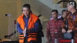 Hakim PN Jakarta Selatan nonaktif, Irwan dikawal petugas usai menandatangani berkas P21 di Gedung KPK, Jakarta, Selasa (26/3). Irwan dalam waktu dekat akan menjalani persidangan terkait dugaan menerima suap penanganan perkara perdata di PN Jakarta Selatan. (merdeka.com/Dwi Narwoko)