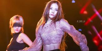 Tak hanya punya wajah yang catik, Krystal f(x) juga mempunyai bentuk badan yang seksi. Tentu saja hal ini membuat banyak wanita yang iri dengannya. (Foto: koreaboo.com)