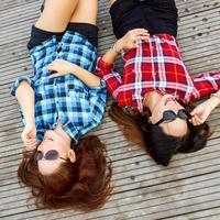 Teman yang terlihat baik belum tentu bermaksud baik, malah bisa merugikan. (Foto: pexels.com)
