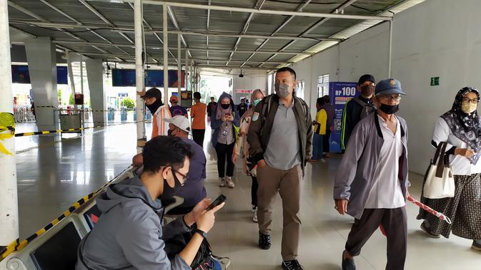 Jumlah penumpang KRL di Stasiun Bogor meningkat 10 persen dampak perkantoran di Jakarta mulai beroperasi pada Senin (8/6/2020). (Liputan6.com/Achmad Sudarno)