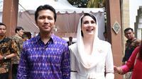 Arumi hadir mendampingi suaminya, Emil Dardak yang merupakan Bupati Trenggalek. Arumi tampil cantik dengan mengenakan kebaya putih dengan penutup kepala warna serupa. (Adrian Putra/Bintang.com)