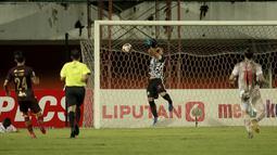 Andritany Ardhiyasa adalah kiper yang mampu membaca arah bola dengan baik. Namun, kiper berusia 29 tahun itu punya kelemahan dalam duel udara dan adu tendangan penalti. (Foto: Bola.com/Ikhwan Yanuar)