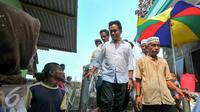 Yusril Ihza Mahendra menemui warga di posko kemanusiaan yang berada di lokasi penggusuran pasar ikan, Penjaringan, Jakarta, Rabu (20/4). Yusril datang untuk melihat kondisi warga yang tetap bertahan tinggal di perahu. (Liputan6.com/Yoppy Renato)