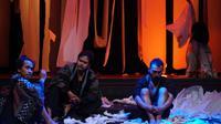 Pementasan Morito dan Dua Pelayan di Rashomon karya sutradara Zulfa Nasrulloh di Institut Français d'Indonesie, Kota Bandung, Sabtu (19/10/2019). (Liputan6.com/Huyogo Simbolon)