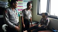 Empat guru BK yang sedang asyik bermain di pinggir Pantai Payangan Kabupaten Jember Jawa Timur tergulung ganasnya ombak. (Liputan6.com/ Dian Kurniawan)