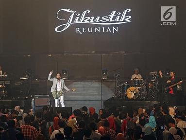 Grup band Jikustik menghibur penggemarnya saat menggelar 'Konser Jikustik Reunian' di Balai Sarbini, Jakarta, Jumat (19/7/2019) malam. Grup band asal Yogyakarta ini membawakan lagu-lagu hit yang mengantarkan mereka ke jalur popularitas. (Fimela.com/Bambang E. Ros)