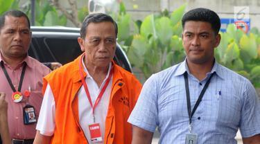 Anggota Komisi IX DPR Fraksi Partai Demokrat Amin Santono memakai rompi tahanan dikawal petugas tiba untuk menjalani pemeriksaan perdana pasca terjaring operasi tangkap tangan  (OTT) di gedung KPK, Jakarta, Senin (14/5). (Merdeka.com/Dwi Narwoko)