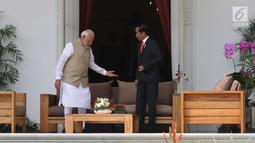 Presiden Joko Widodo dan PM India, Narendra Modi berada di halaman belakang Istana Merdeka, Jakarta, Rabu (30/5). Pertemuan membahas kerja sama pertahanan, di antaranya terkait dengan meriam air buatan Pindad dan Tata Motors. (Liputan6.com/Angga Yuniar)