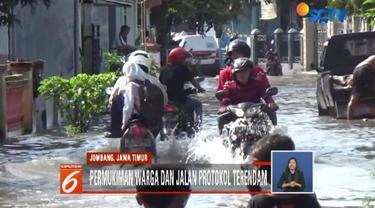 Selain merendam pemukiman warga, banjir juga merendam jalan protokol penghubung antar-desa.