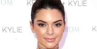 Dibalik sosoknya yang dingin dan pendiam, ternyata Kendall Jenner menyimpan kelemahannya yaitu rasa takut ketika melihat permukaan yang dipenuhi oleh lubang. (AFP/Bintang.com)