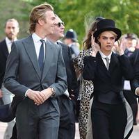 Cara Delevigne mengenakan setelan tuxedo ketika menghadiri pernikahan kerajaan (foto: instagram/ Caradelevigne)