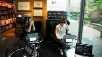 Dengan mengusung konsep virtual reality, Mercedes-Benz membuka dealer yang tak ada mobilnya di Tokyo, Jepang.