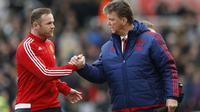 Pelatih Manchester United, Louis Van Gaal, (Kanan) bersalaman dengan kapten Wayne Rooney sebelum laga melawan Stoke City, Sabtu (26/12/2015). (Reuters/Carl Recine)