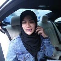 Penampilan terbaru Nikita Mirzani dengan mengenakan hijab. (Nurwahyunan/Bintang.com)