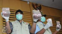 Petugas menunjukkan barang bukti hasil operasi tangkap tangan (OTT) di Gedung KPK (Liputan6.com/Helmi Afandi)