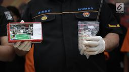 Barang bukti narkoba yang menjerat Dhawiya Zaida ditampilkan polisi di Polda Metro Jaya, Jakarta, Sabtu (17/2). Tiga anak Elvy sekaligus dijaring polisi terkait kasus narkoba, mereka Dhawiya, Syehan dan Ali Zaenal Abidin. (Liputan6.com/Arya Manggala)
