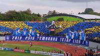 Koreo yang diperlihatkan suporter PSIS saat menjamu Persib di Stadion Moch. Soebroto, Magelang, Minggu (18/11/2018). (Bola.com/Vincentius Atmaja)